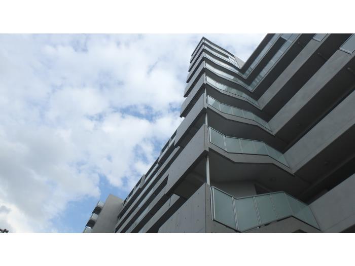 各住棟の外観はシンプルなデザインで統一され、外壁もきれいです。