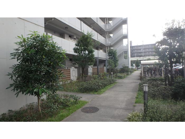 敷地内は緑にあふれ、各住棟と各住棟を結ぶ小道も整備されています。